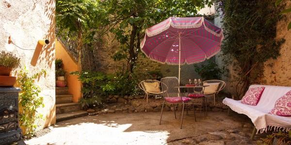 location-de-vacances-argeles-sur-mer-sorede-cour-jardin-ombre-verdure-exterieur