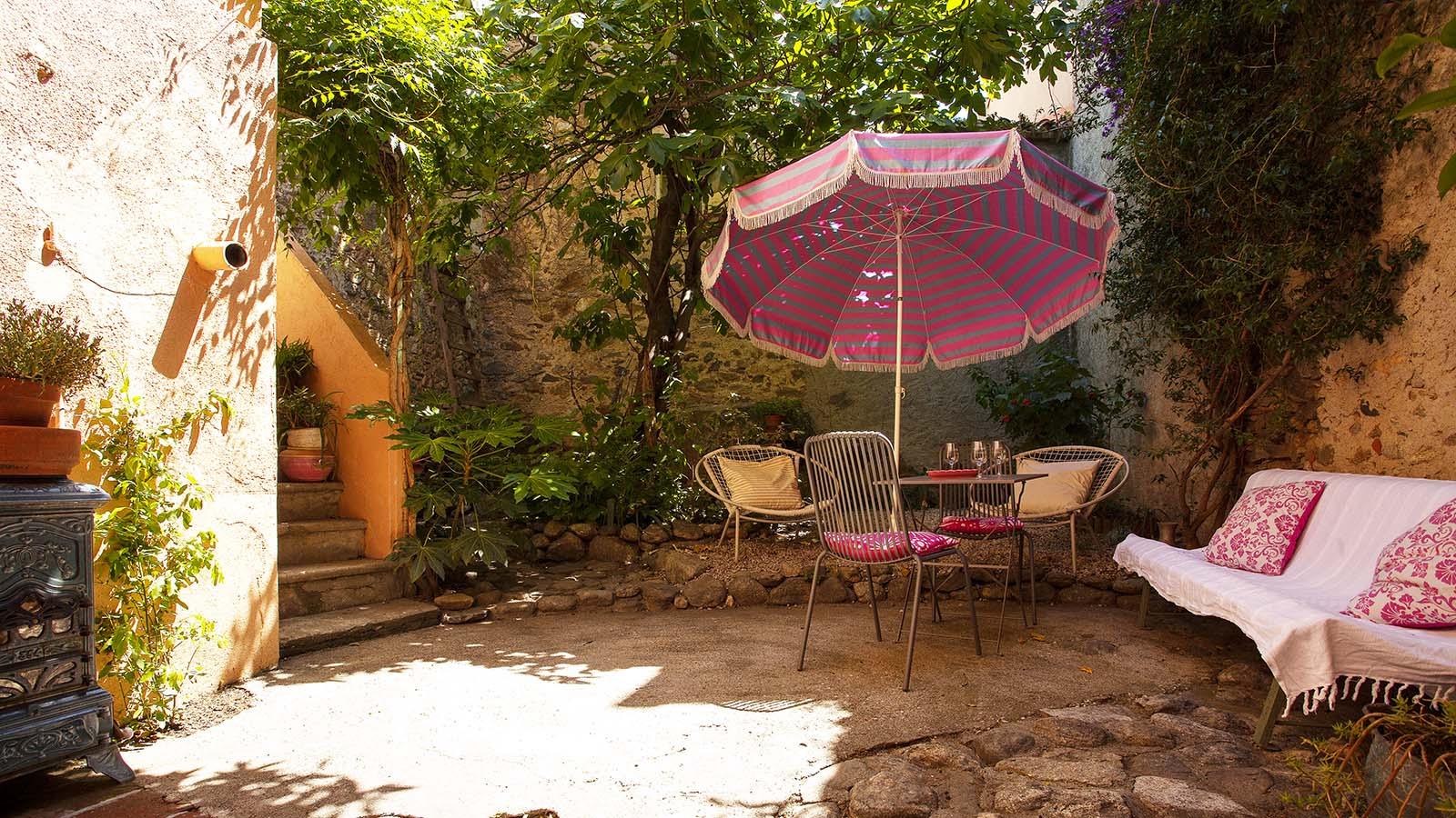location de vacances sorede avec jardin sur loveyourstay short term rentals around the world. Black Bedroom Furniture Sets. Home Design Ideas