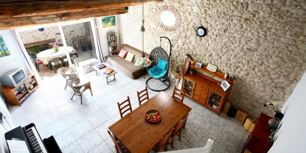 location-de-vacances-argeles-village-tres-grand-salon-salle-a-manger-poutres-pierres-apparentes-caractere-lumineux-terrasse-piano