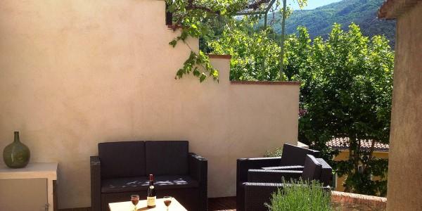 Très agréable terrasse avec verdure et montagnes autour de vous