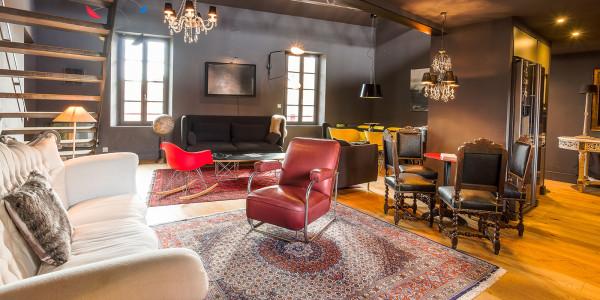 location-de-vacances-thuir-piece-a-vivre-salon-canapes-fauteuils-art-moderne-ancien