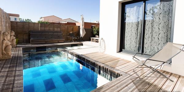 maison-de-vacances-alenya-piscine-terrasse-bois-transats-baie-vitree-soleil-vacances